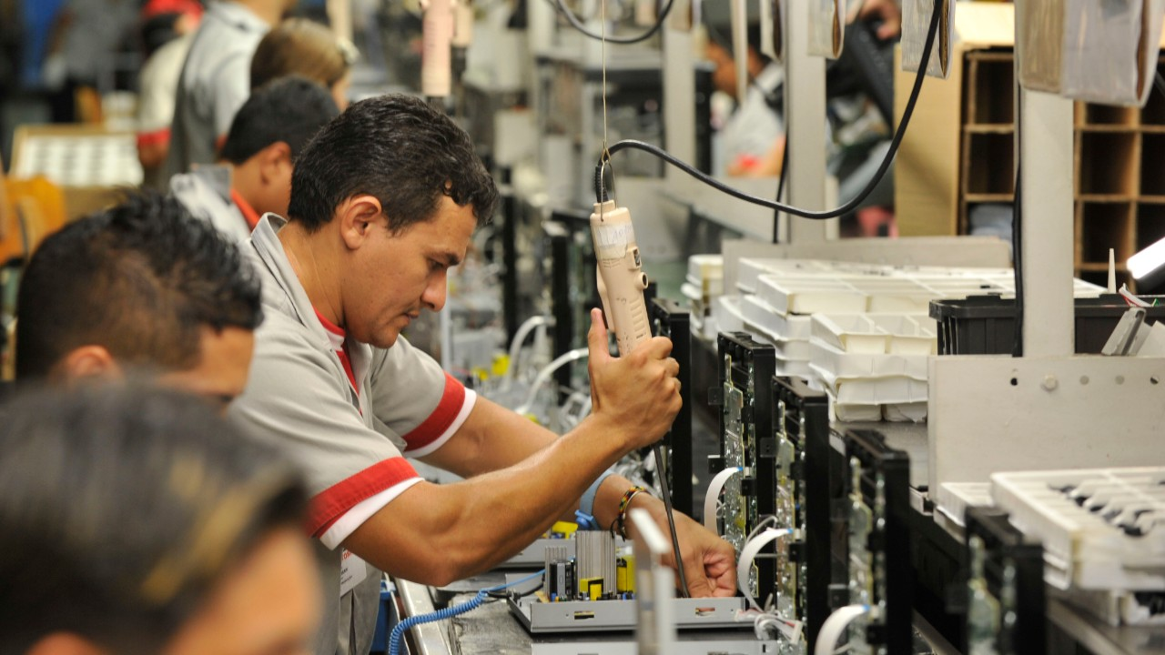 Emprego industrial cresce pelo quinto mês consecutivo