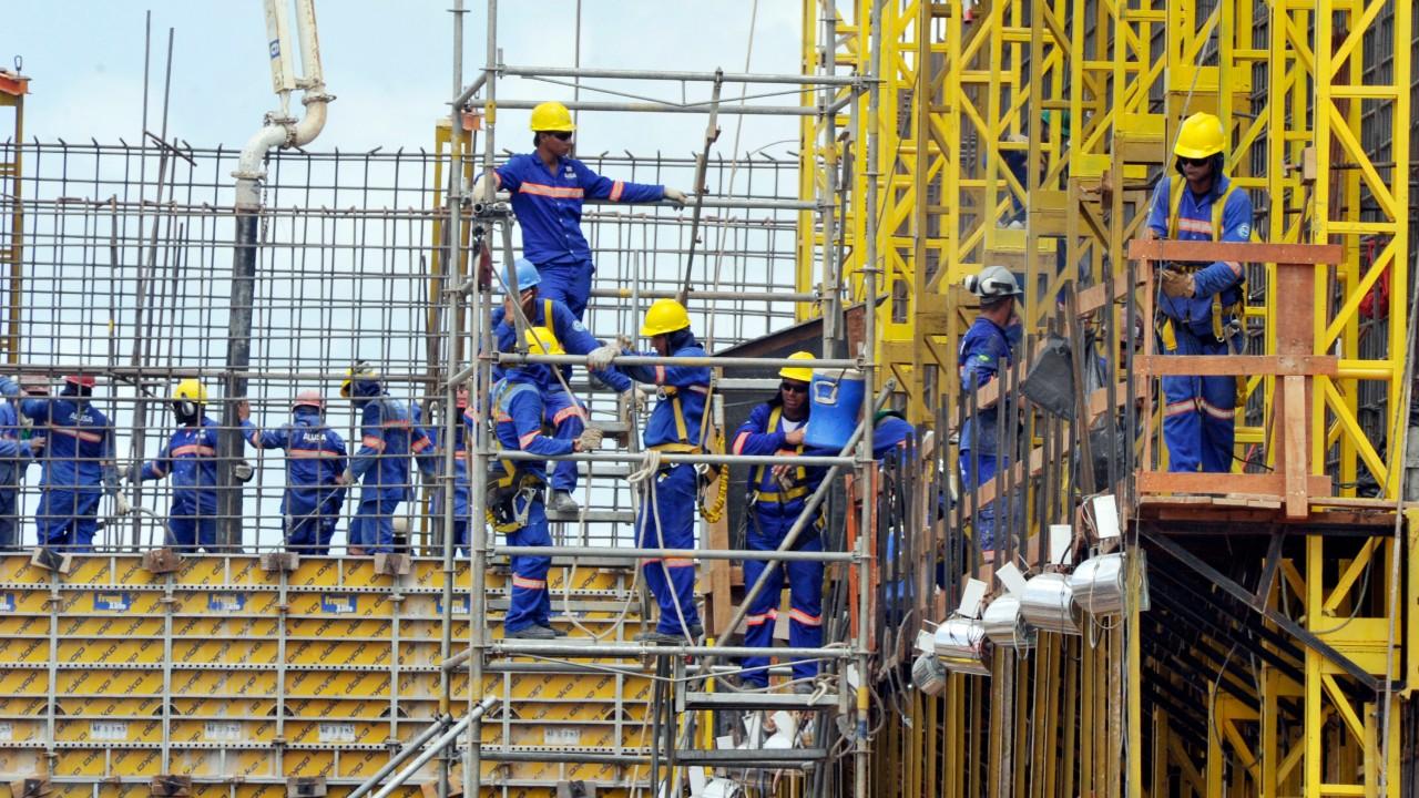 Falta de insumos atinge metade das indústrias da construção