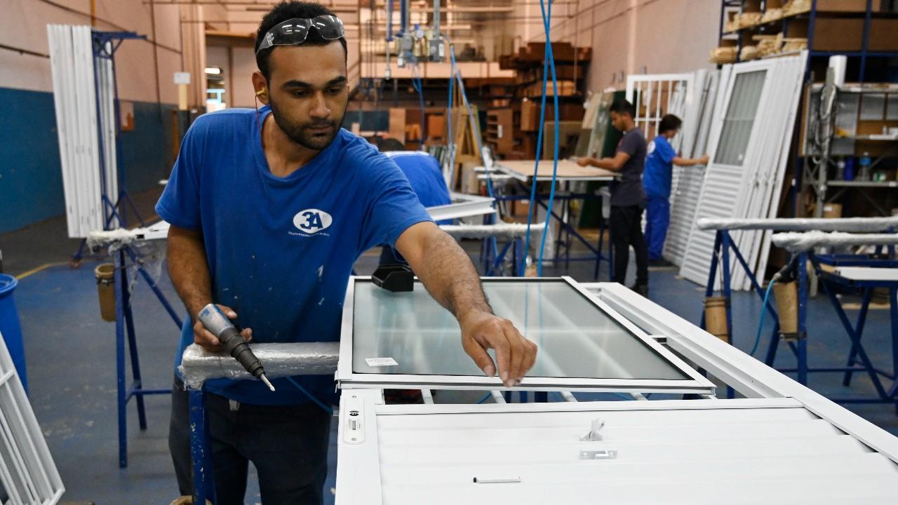 Faturamento e horas trabalhadas na  indústria estão em queda, aponta CNI