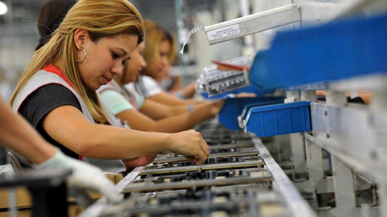 Custo do trabalho cai e indústria brasileira ganha competitividade, informa CNI
