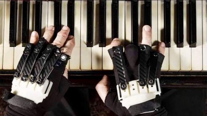 As luvas do maestro: como a inovação devolveu o dom de um dos maiores pianistas brasileiros