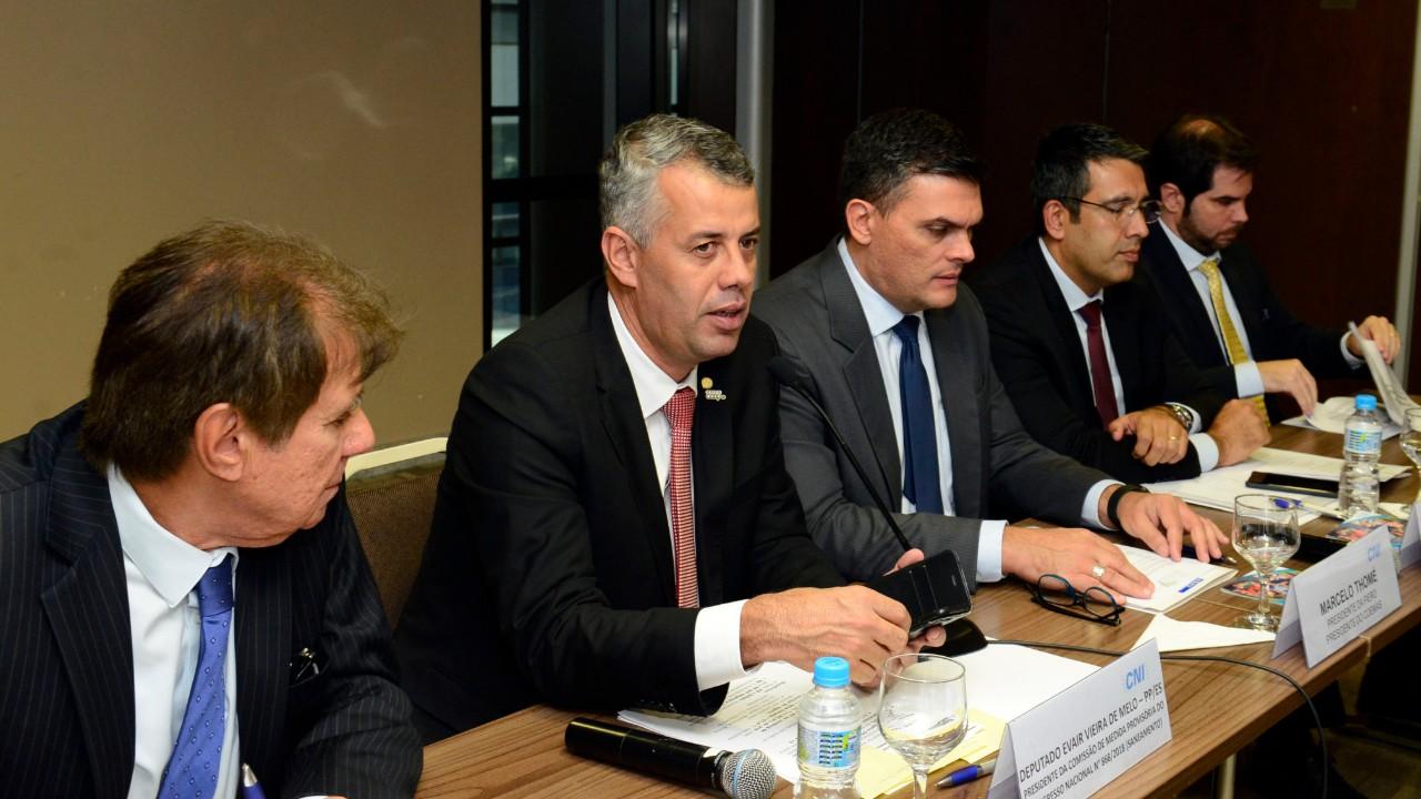 Burocracia no licenciamento ambiental estimula corrupção e inviabiliza negócios, declara deputado em reunião na CNI