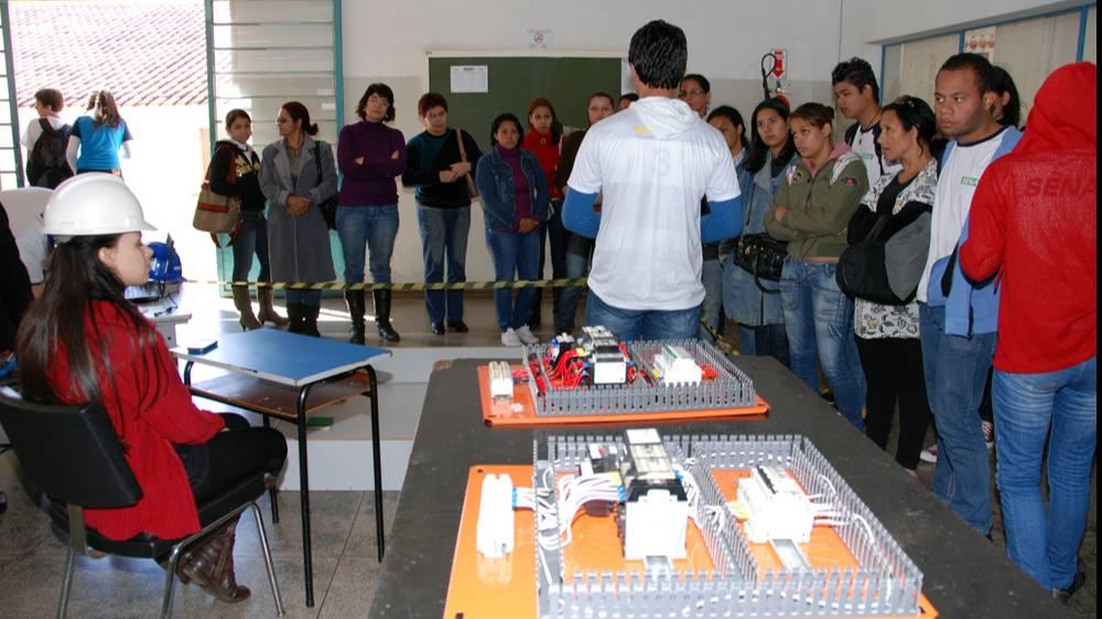 Unidades do Senai recebem estudantes para orientar sobre escolha profissional