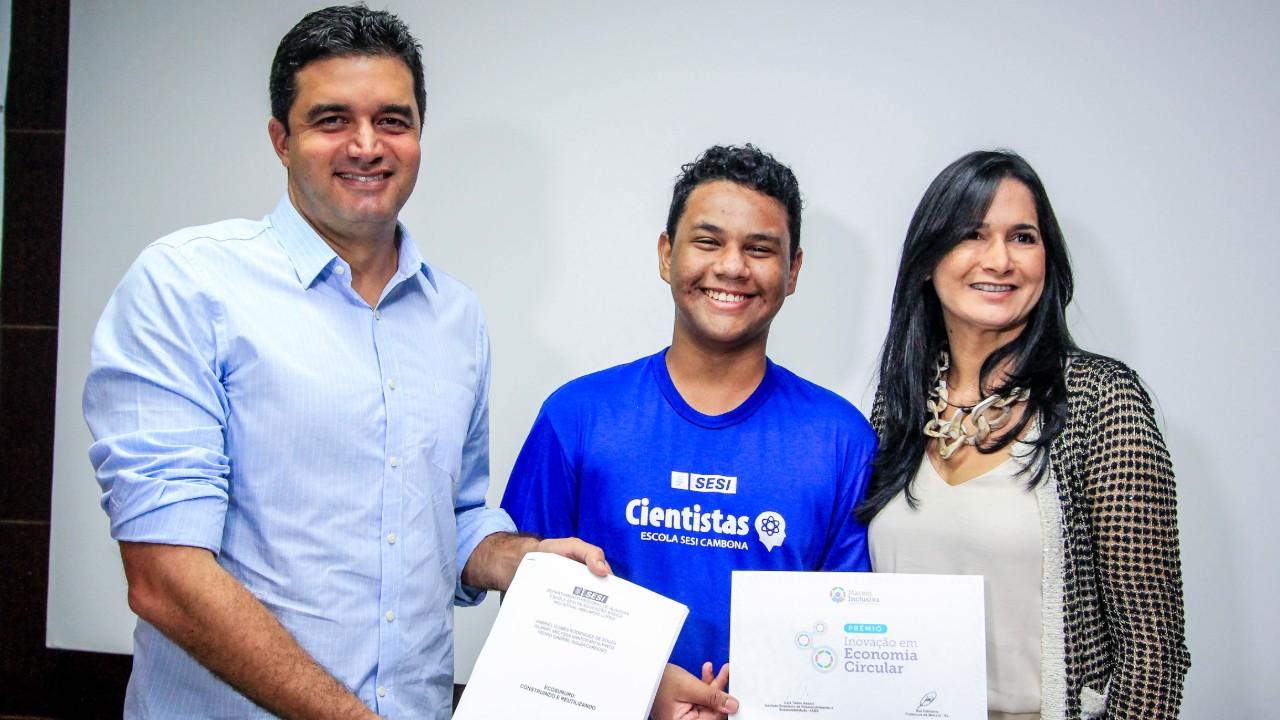 Alunos do SESI criam telha ecológica e vencem prêmio pela inovação
