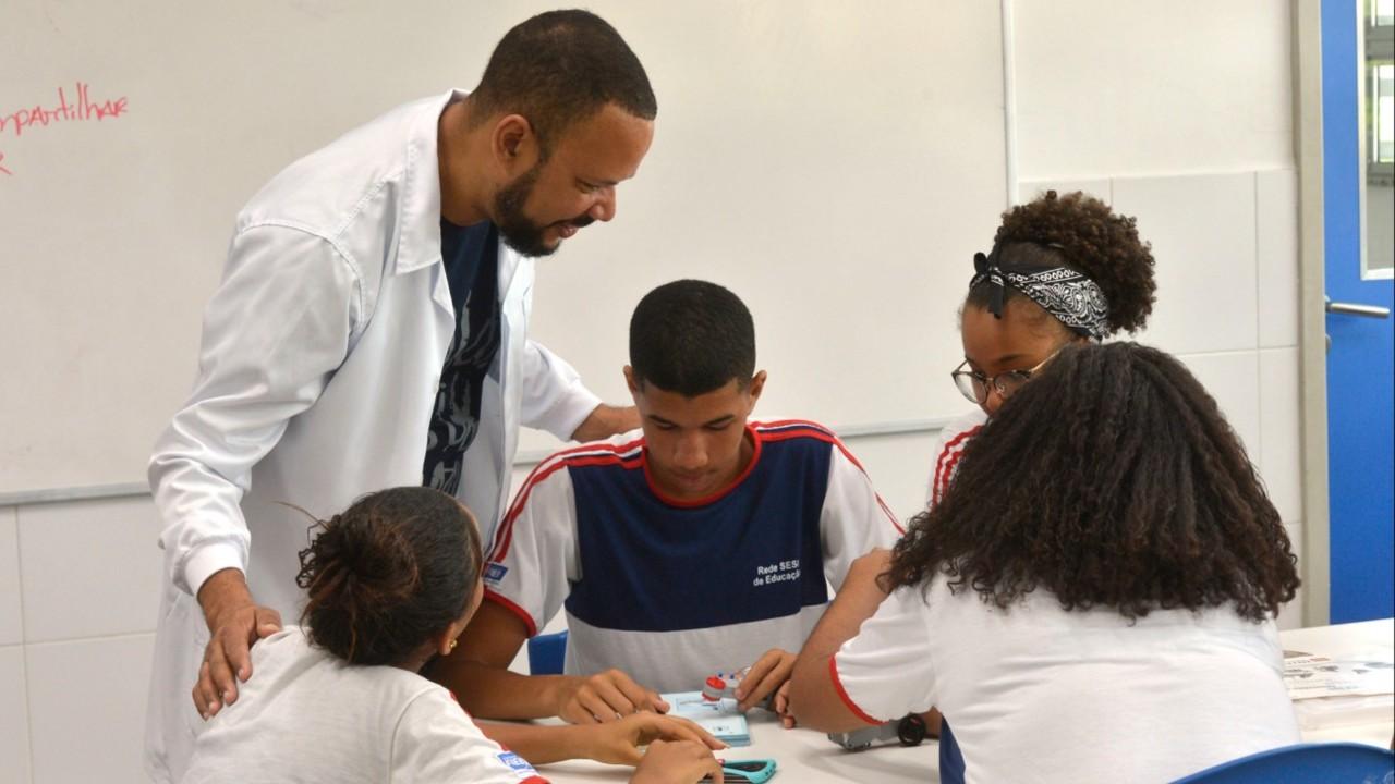 Colaboração e pioneirismo: professores do SESI elaboram material didático próprio