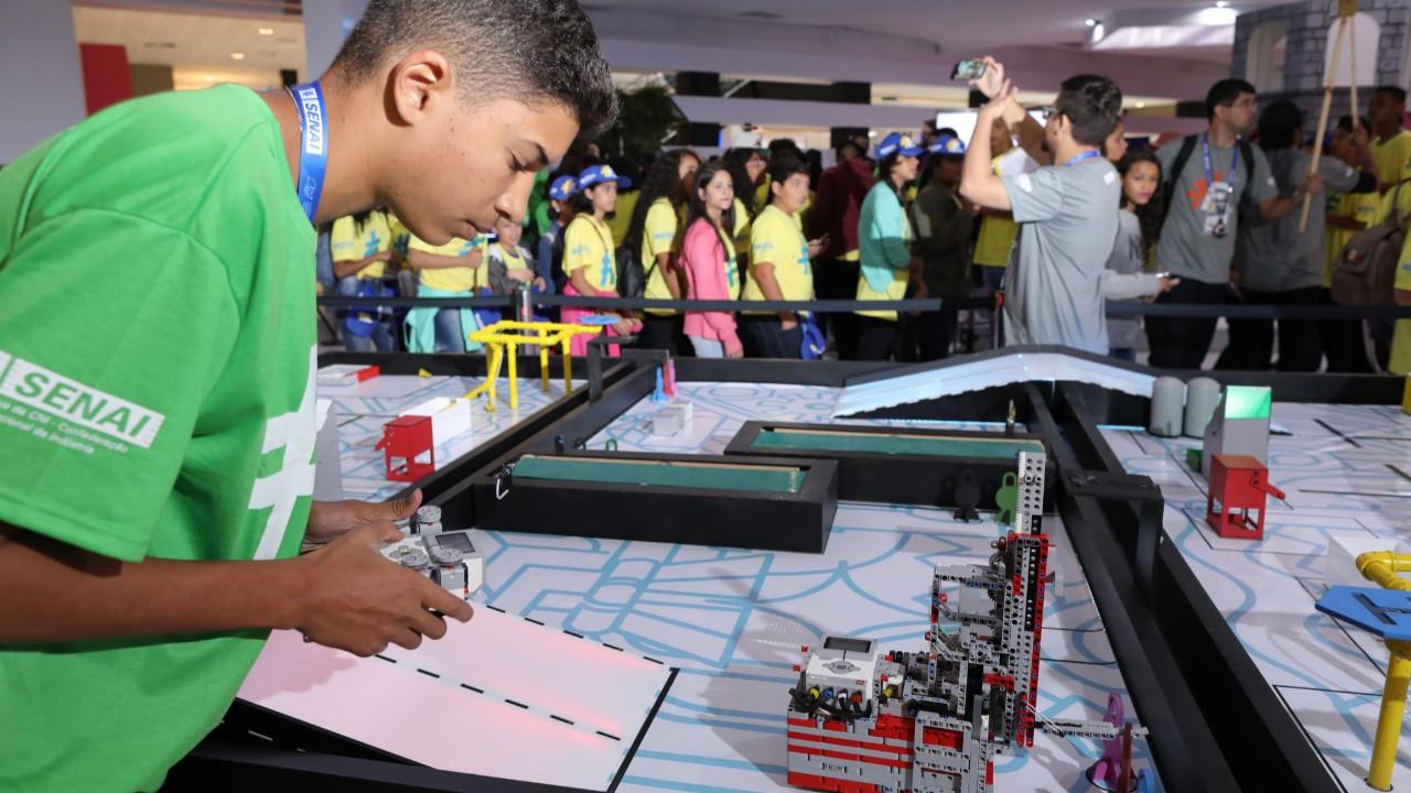 Desafio de Robótica testa habilidades de 240 estudantes na Olimpíada do Conhecimento, em Brasília
