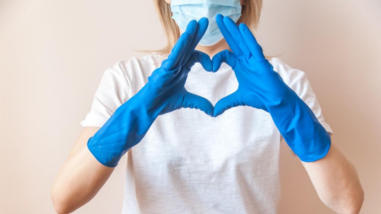 Indústria têxtil doa camisetas brancas para profissionais de saúde