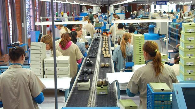 Produção da indústria cresce e empresários estão mais dispostos a fazer investimentos, diz pesquisa da CNI