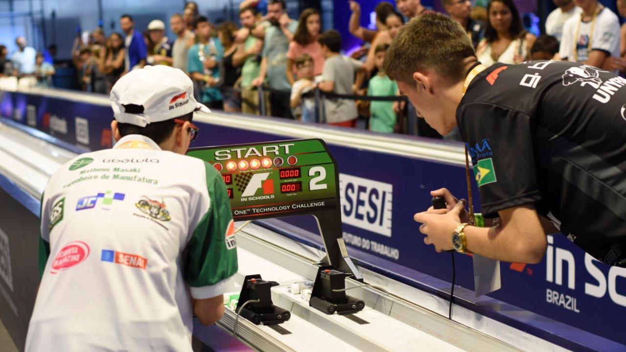 Carros de corrida criados por estudantes atingem até 90 km/h no Torneio SESI F1 nas Escolas