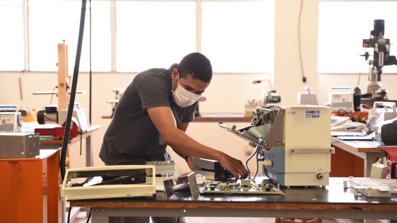 Rede voluntária mobilizada pelo SENAI já recebeu 599 respiradores hospitalares para manutenção