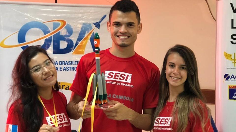 Alunos do SESI Alagoas ganham troféu na Mostra Brasileira de Foguetes