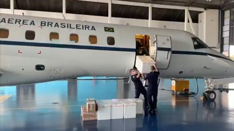 FAB transporta respiradores hospitalares que serão consertados pelo SENAI