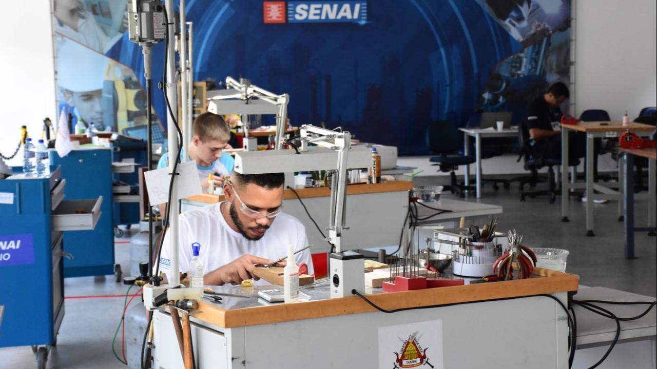 SENAI de Alagoas recebe alunos de joalheria para seletiva da Worldskills 2019