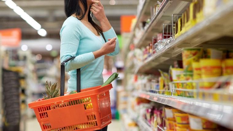 Confiança do consumidor volta a cair em fevereiro, informa CNI