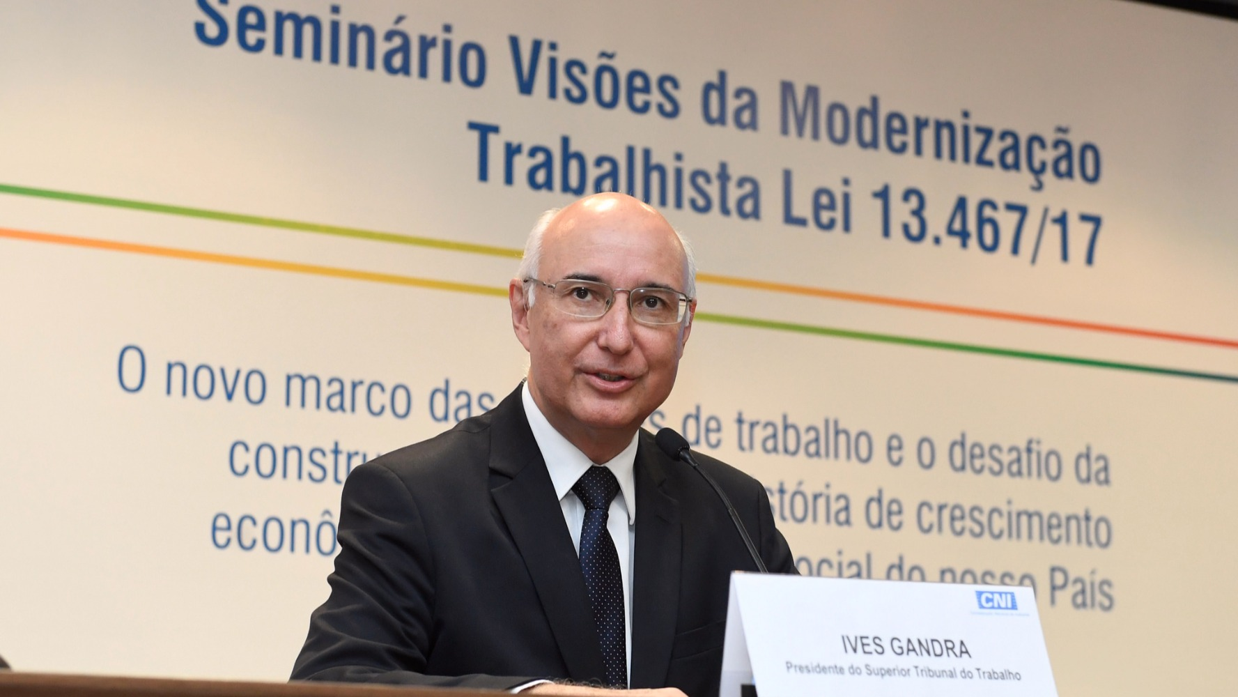 Vamos negociar, produzir e investir sem medo de ser feliz, diz presidente do TST
