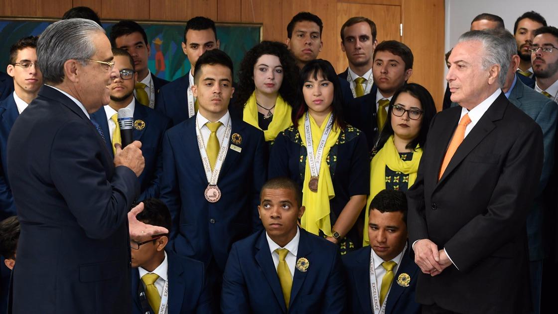 Alunos do SENAI que conquistaram 2º lugar em mundial de profissões técnicas são homenageados no Planalto e no Senado