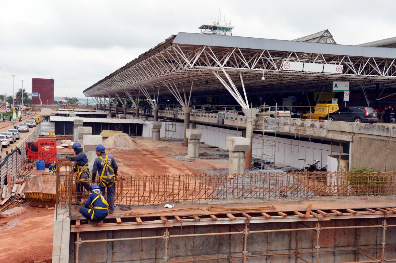 Ampliação e modernização do Aeroporto Internacional de Brasília. Operários trabalhando na reforma do Aeroporto