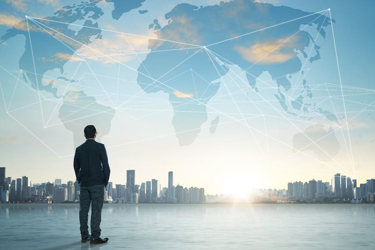 Conceito de negócios internacional com empresário no fundo do horizonte da cidade com rede no mapa e luz solar