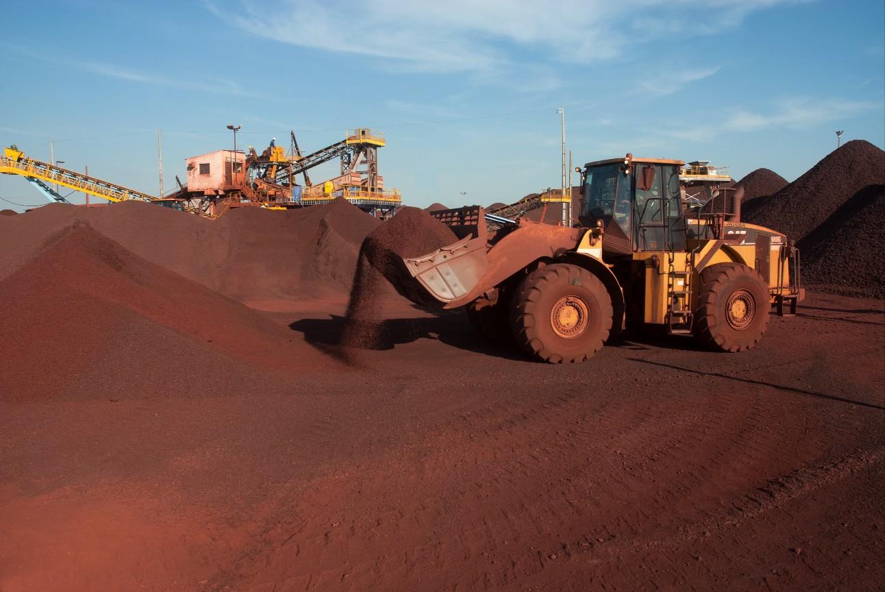 Caminhão transporta minério de ferro de mineradora na região de Corumbá, Mato Grosso do Sul, Brasil