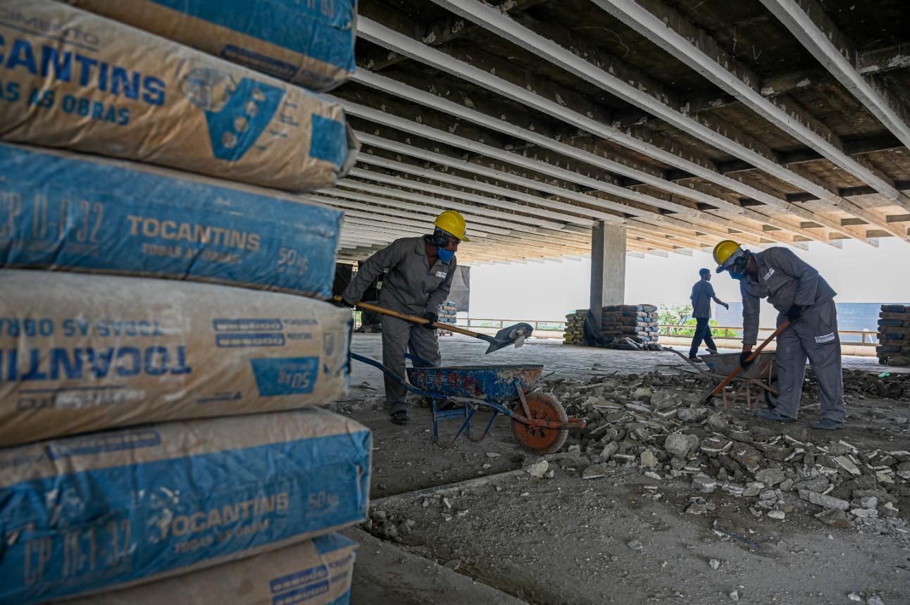 operários em obra no centro de Brasília