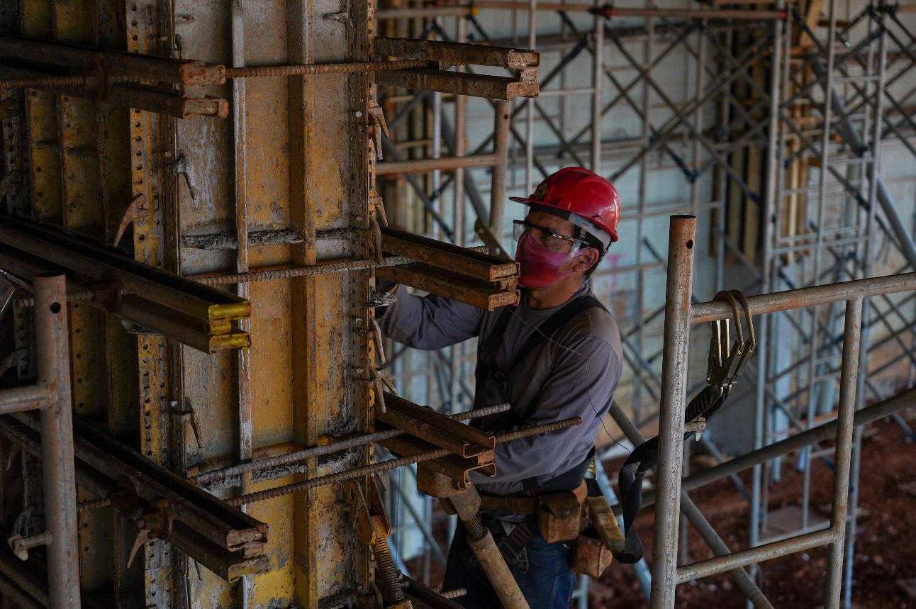 Trabalhador da construção civil no canteiro de obras
