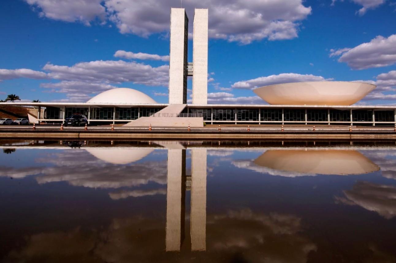 Imagem externa do Congresso, com destaque para as colunas centrais do prédio.