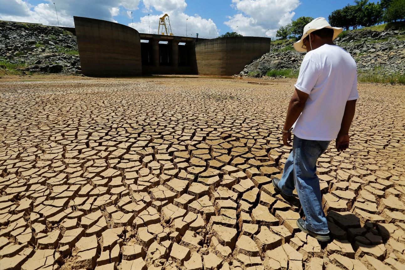 Reservatório de água vazio durante uma seca
