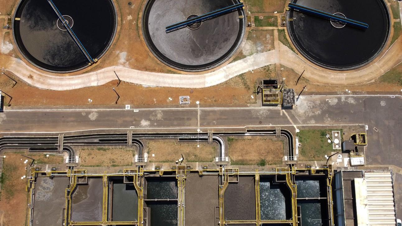 imagem aérea mostra estação de tratamento de esgoto do Distrito Federal
