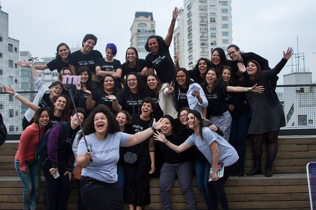 Formatura da Silvia na {reprograma}, iniciativa de impacto social para ensinar programação para mulheres cis e trans