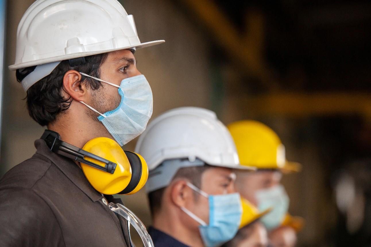 Trabalhadores usando máscaras de proteção para segurança contra a Covid-19