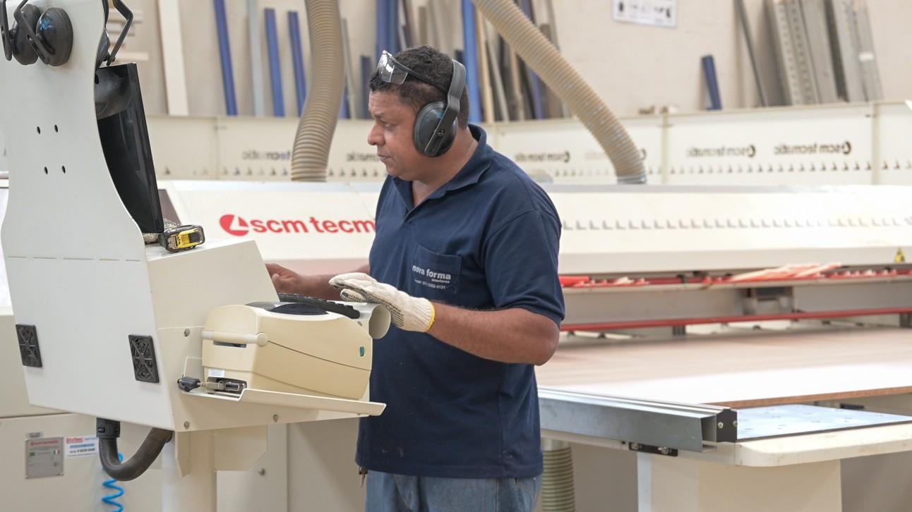 Trabalhador da indústria de fabricação de móveis de madeira