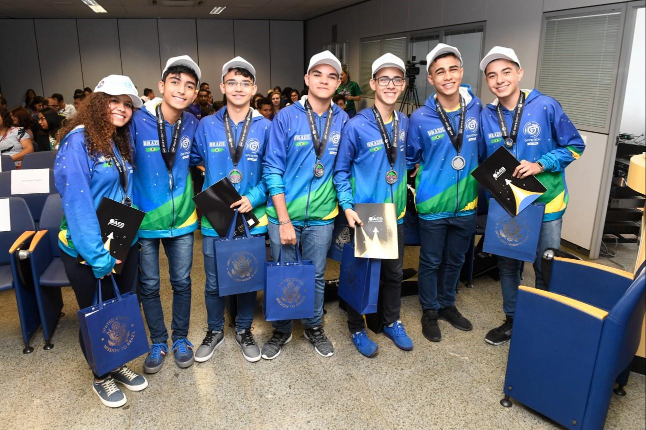 Equipe criadora do chiclete na Agência Espacial Brasileira