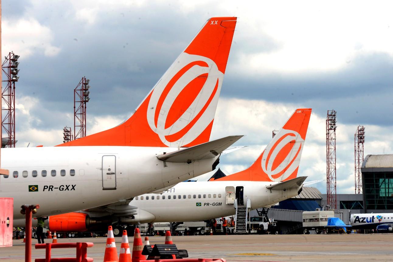 Dois aviões em um aeroporto