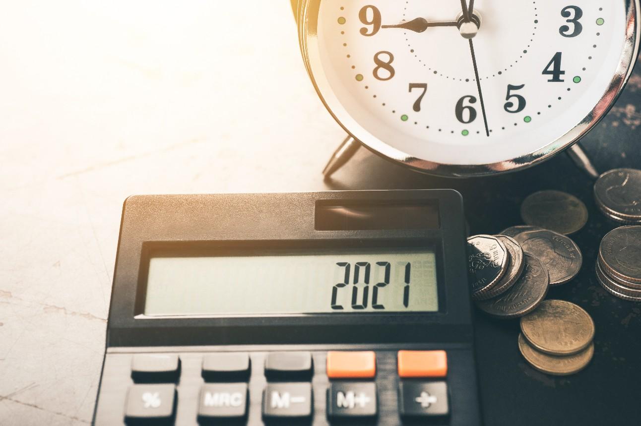 Número da palavra 2021 em uma calculadora. Conceito de negócios e impostos