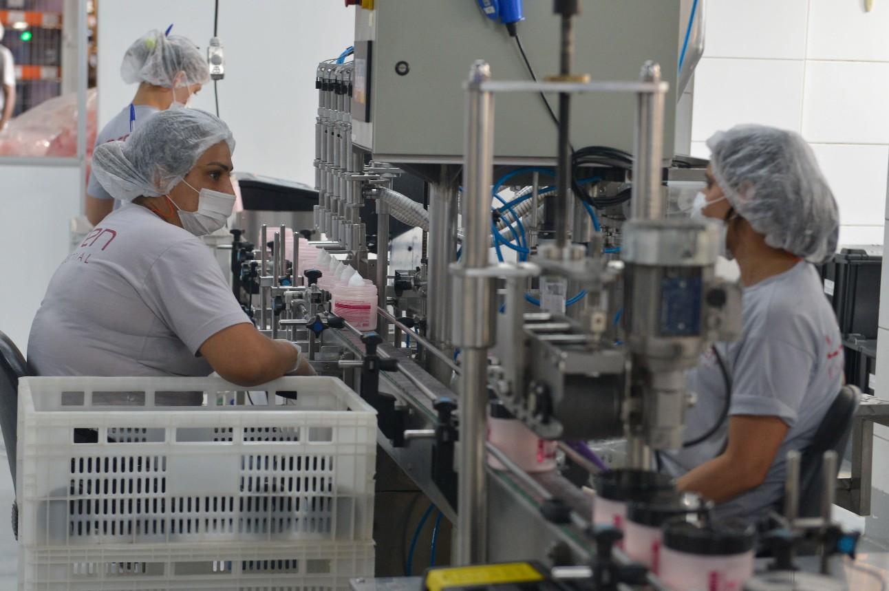 Trabalhadoras em uma indústria de cosméticos