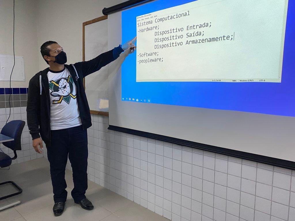 Foto: aluno em frete ao slide