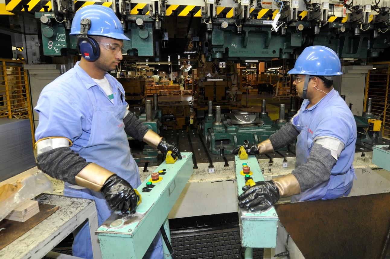 Dois operários trabalhando no chão de fábrica da produção de peças de motocicletas Yamaha