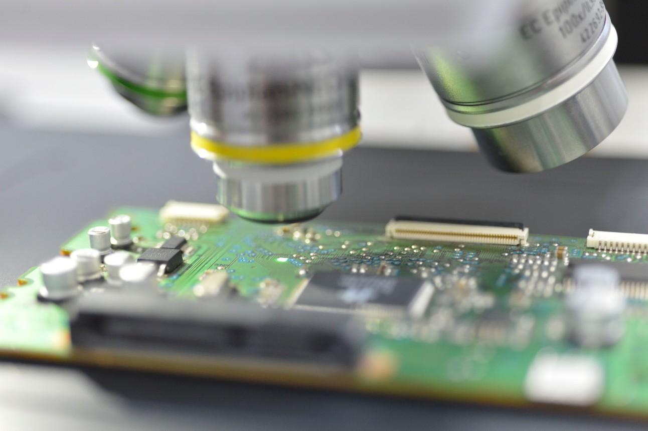 fotografia mostra detalhe de microscópio sobre placa de um chip