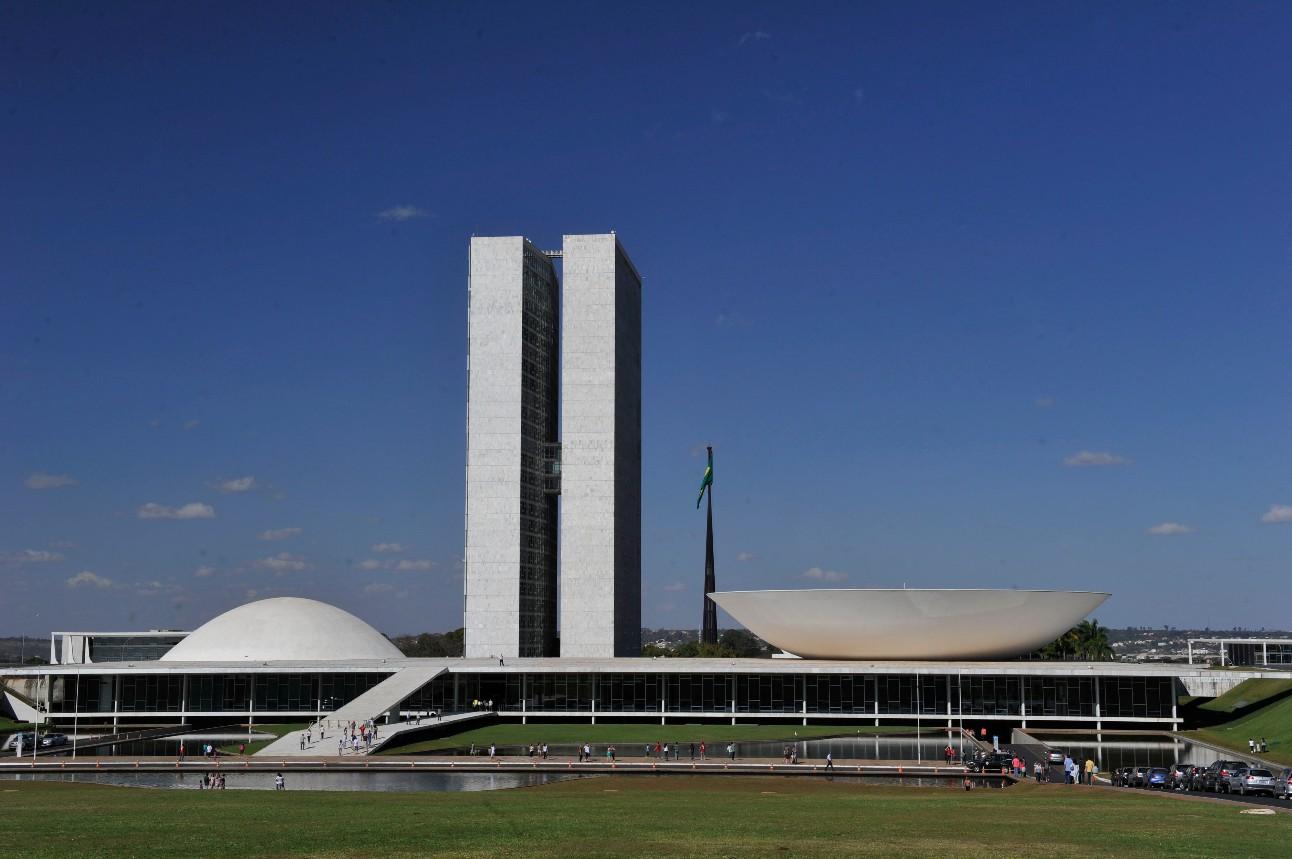 Fotografia mostra fachada dos edifícios do Congresso Nacional de dia