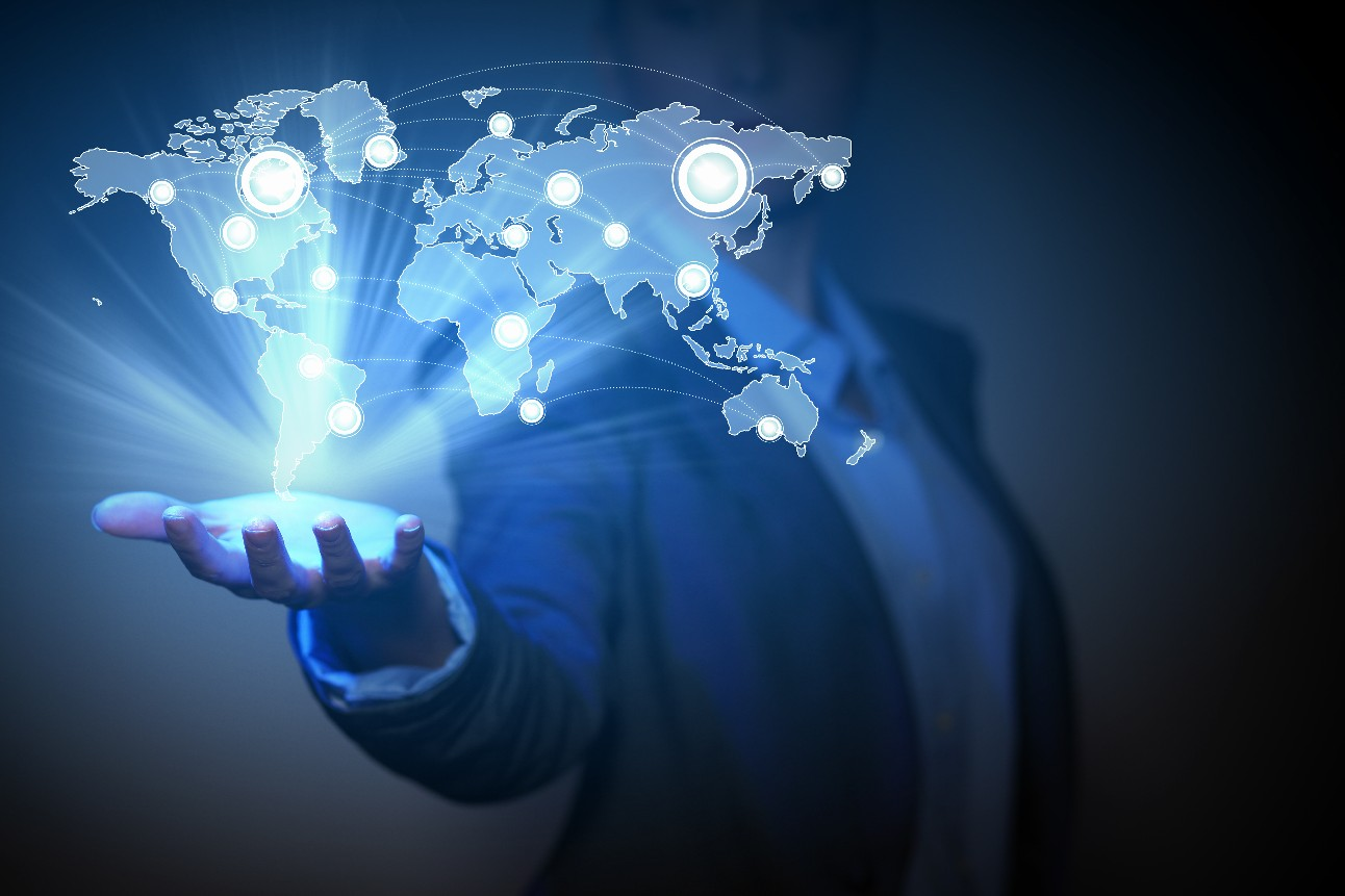 Homem com o mapa do planeta Terra saindo da palma da mão. Fundo de tecnologia global azul