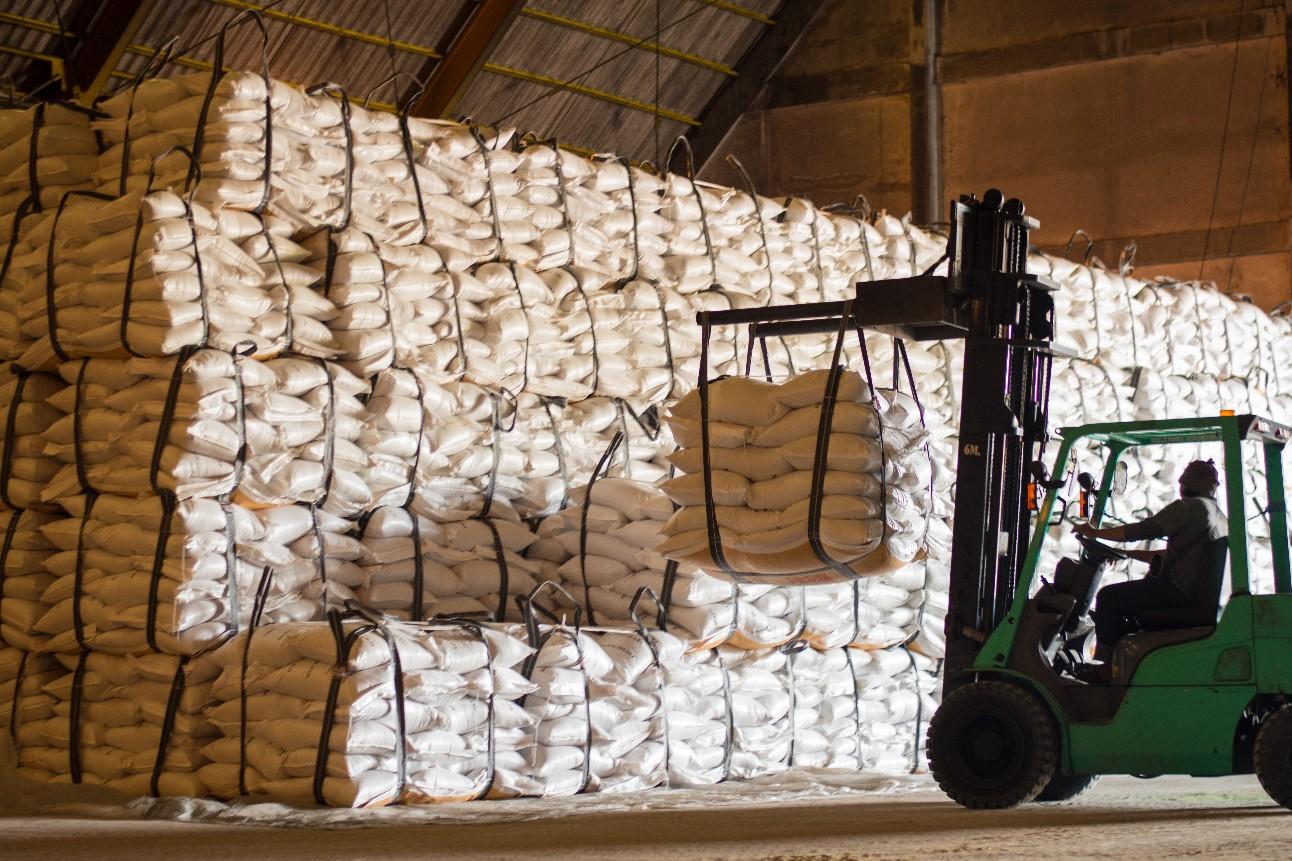 Sacos de açúcar manuseio de produtos por empilhadeira dentro do armazém para exportação