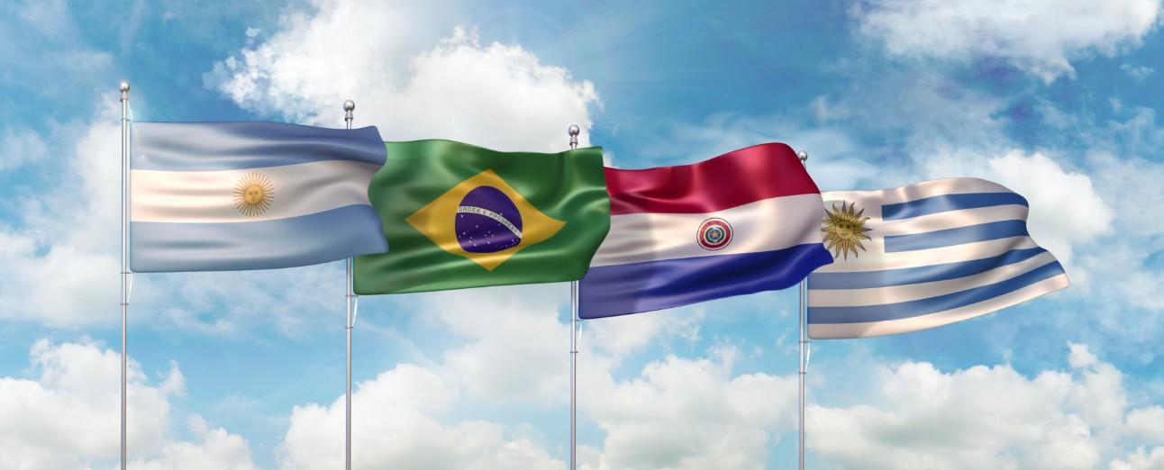 Foto: bandeiras do Brasil, Uruguai, Paraguai e Argentina.