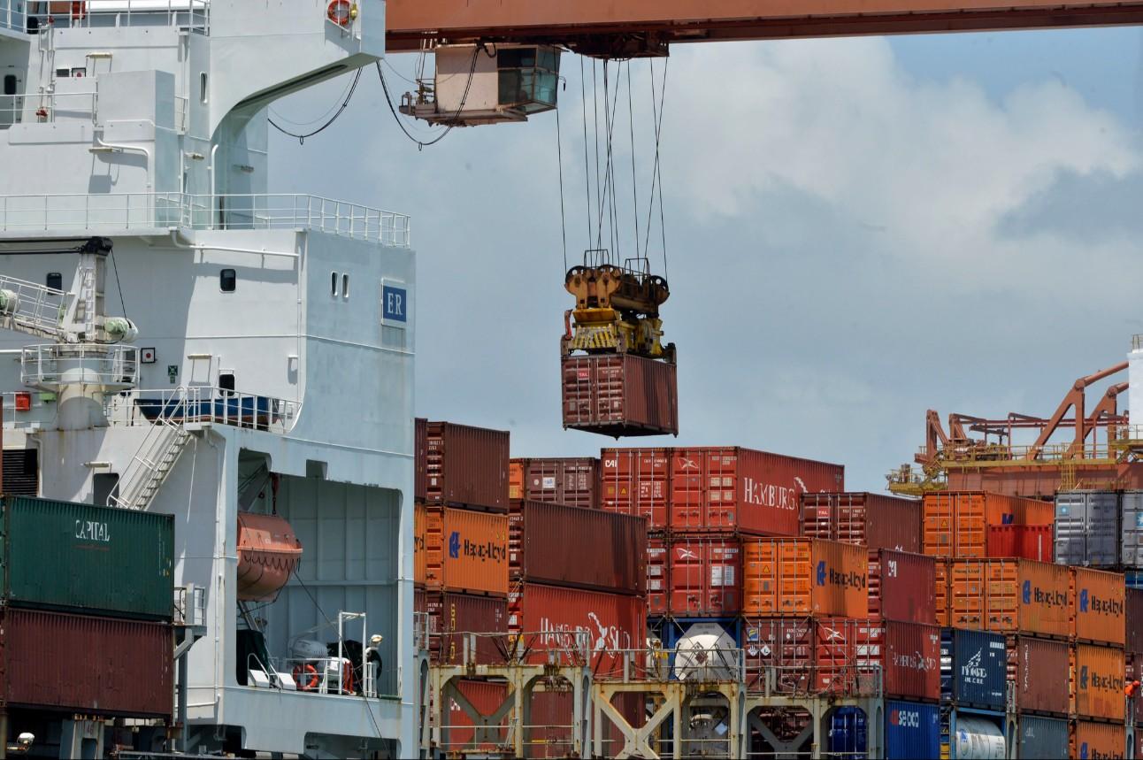 Conteineres são movimentados no Porto de Suape, em Pernambuco