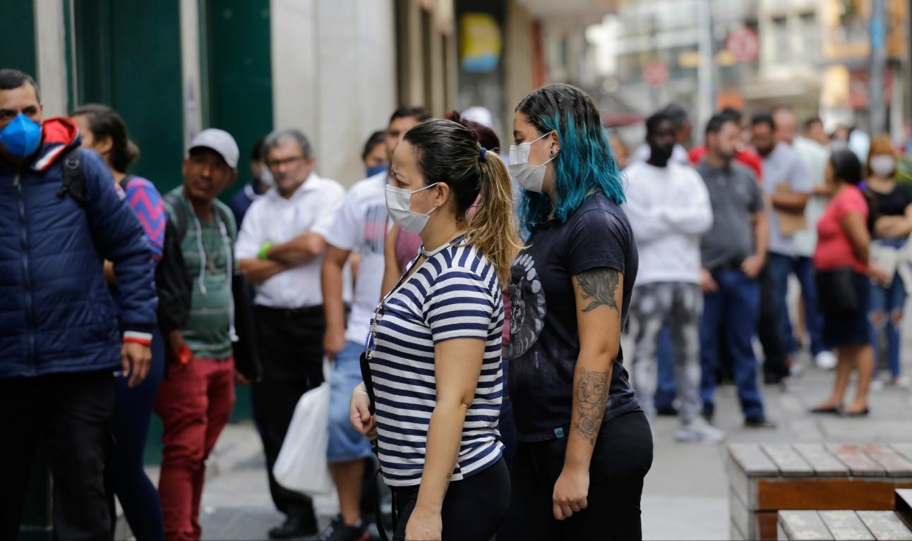 Mulheres na fila da Caixa Econômica para receber o auxílio emergencial pago pelo governo brasileiro