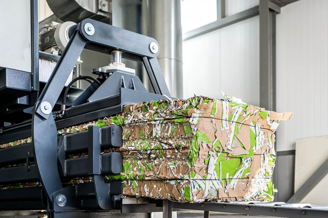 Reciclagem de papel. Empilhadeira carregando papéis velhos e reutilizados