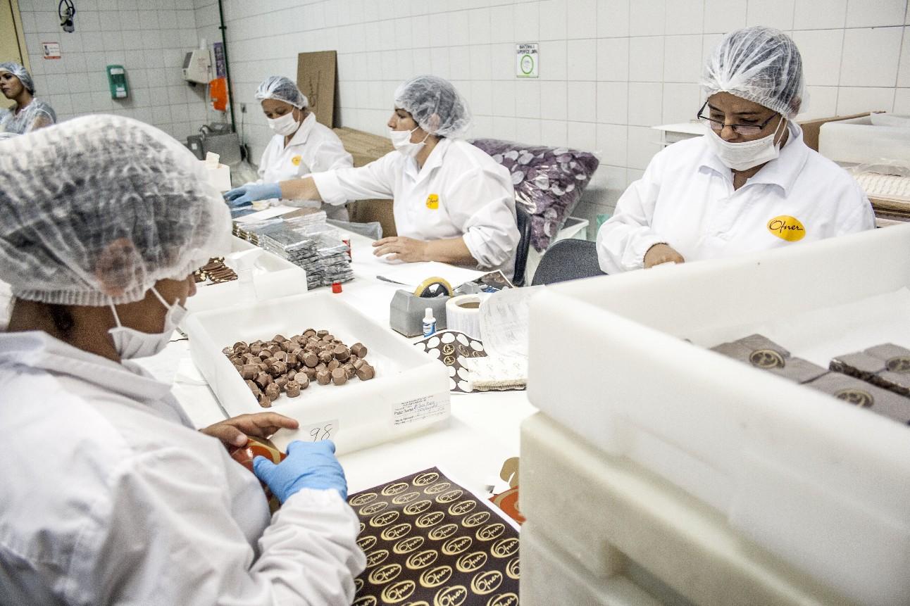 Linha de produção em uma fábrica de ovos de Páscoa
