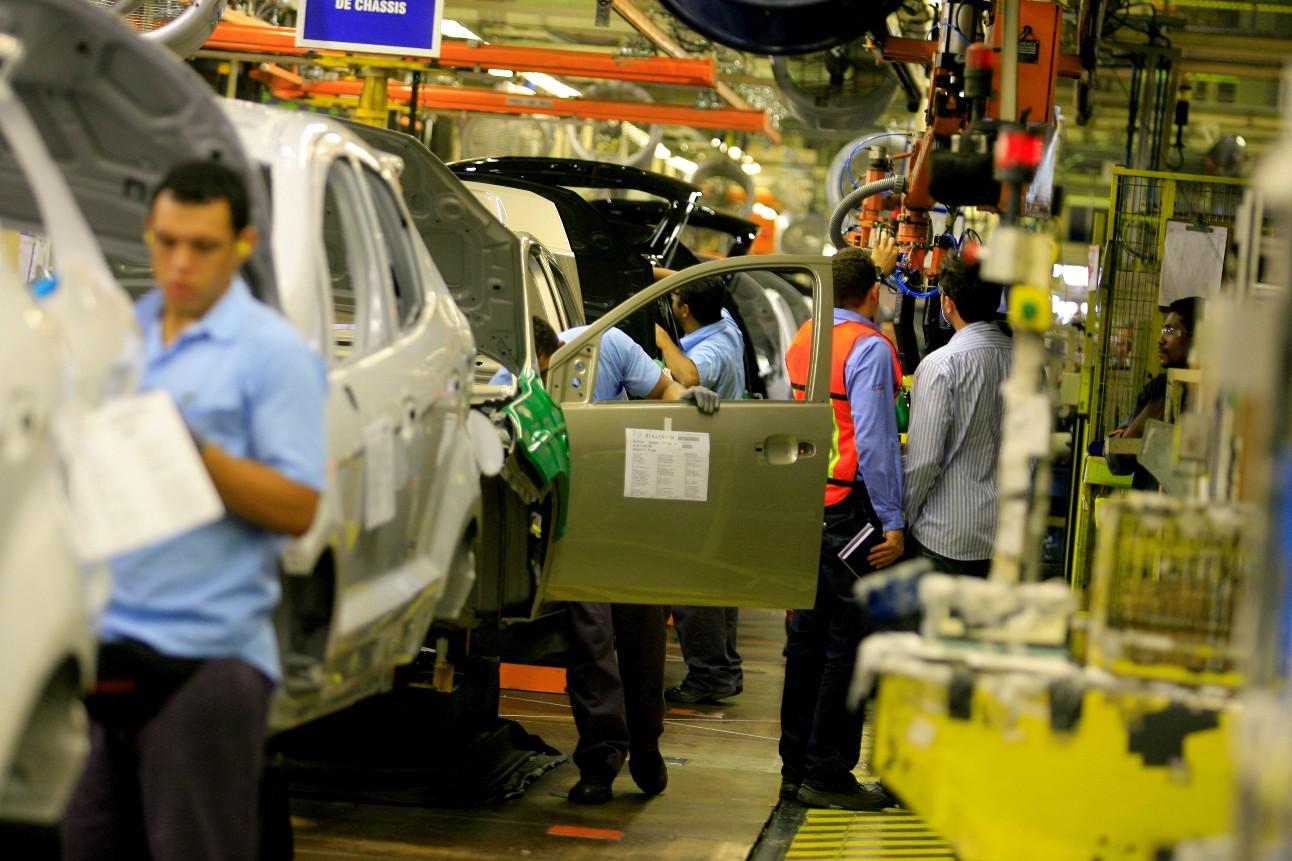 Funcionários na linha de montagem de uma fábrica de veículos