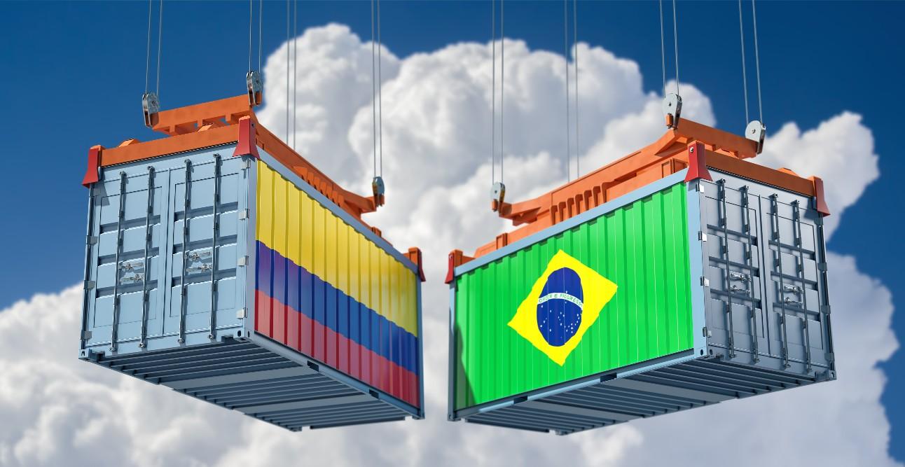 foto: caixotes com a bandeira do Brasil e Colômbia