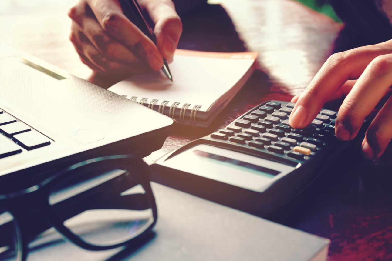 empresário calcula custos de operação da empresa