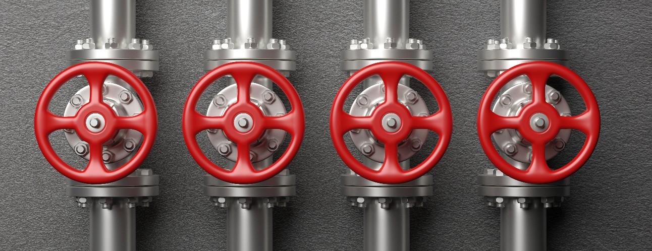 imagem mostra manivelas de controle de fluxo de petróleo e gás